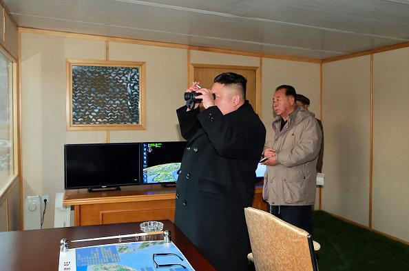 Kim Jong-un supervisando maniobra de lanzamiento de misiles. Foto: STR/AFP/Getty Images