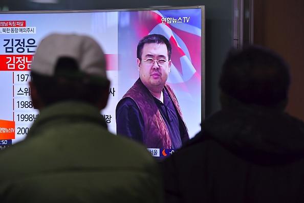 Personas mirando en la televisión las noticias que anuncian el asesinato de  Kim Jong-Nam, el medio hermano del líder norcoreano Kim Jong-un, en una estación de tren en Seúl el 14 de febrero de 2017. Foto: JUNG YEON-JE/AFP/Getty Images