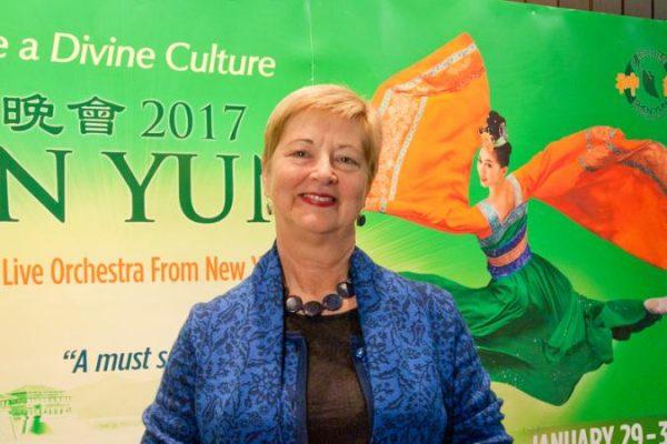 Función diurna de Shen Yun en Vancouver rompió el récord de venta de entradas para los lunes en un teatro
