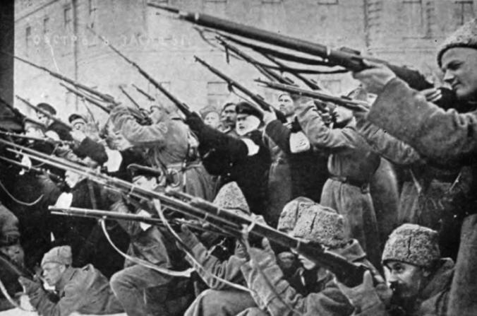 Rebeldes en San Petersburgo disparan a la policía imperial rusa en los primeros días de la Revolución de Febrero en 1917. (Public Domain)
