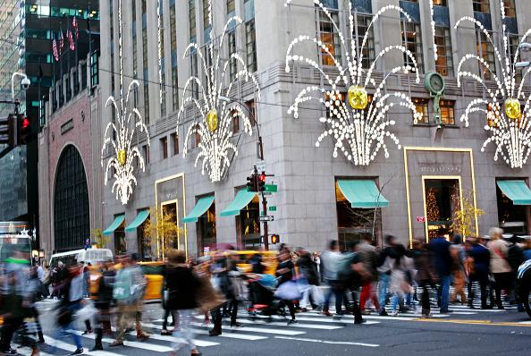 Compradores recorren las calles de Nueva York en las inmediaciones de Tiffany & Co. en Nueva York. (Yana Paskova / Getty Images)