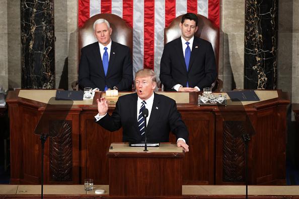 El presidente estadounidense, Donald Trump durante su discurso en la sesión conjunta del Congreso de Estados Unidos, con el vicepresidente Mike Pence (Izq.) y el presidente de la Cámara de Representantes Paul Ryan (Der.) detrás de él, el 28 de febrero de 2017. Washington DC. (Chip Somodevilla / Getty Images)