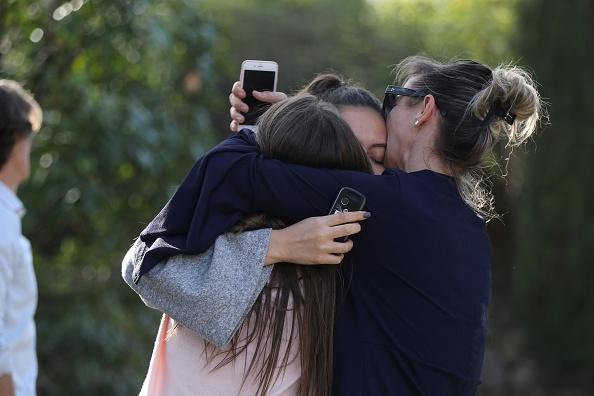 Gente conmocionada cerca de la escuela secundaria de Tocqueville en el sur de la ciudad francesa de Grasse, el 16 de marzo de 2017 tras un tiroteo que dejó dos heridos. (Foto: VALERY HACHE/AFP/Getty Images)