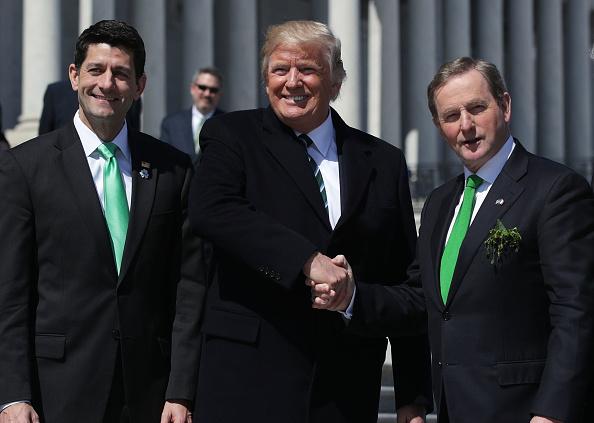 El presidente estadounidense, Donald Trump (Centro), el presidente de la Cámara de Representantes Paul Ryan (Izq.) y el primer ministro irlandés Enda Kenny fuera del Capitolio después del almuerzo anual de los Amigos de Irlanda, el 16 de de marzo de 2017, en Washington DC. (Foto por Alex Wong / Getty Images)