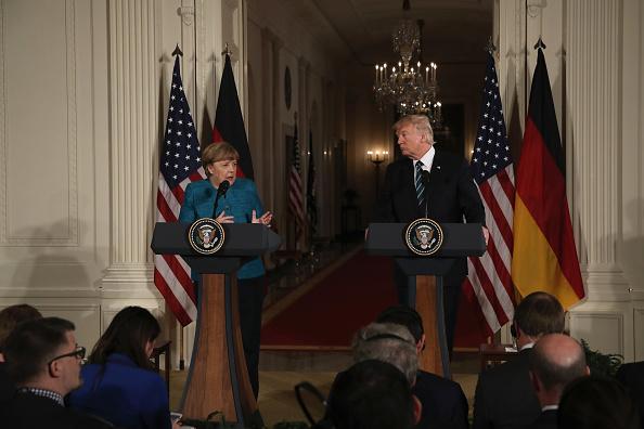 El presidente estadounidense Donald Trump celebra una conferencia de prensa conjunta con la canciller alemana Angela Merkel en la Sala Este de la Casa Blanca el 17 de marzo de 2017 en Washington, DC. (Foto: Justin Sullivan/Getty Images)