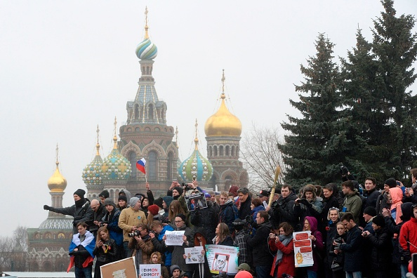 Partidarios de la oposición se manifestaron contra la corrupción en el centro de San Petersburgo el 26 de marzo de 2017. (OLGA MALTSEVA/AFP/Getty Images)