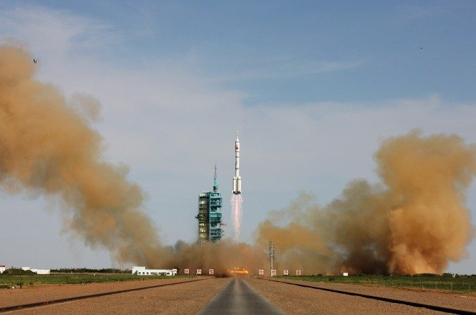 El cohete Long March-2F que lleva la nave espacial tripulada Shenzhou-10 de China despega desde la plataforma de lanzamiento en Jiuquan Satellite Launch Center en Jiuquan, China, el 11 de junio de 2013. (VCG / VCG vía Imágenes Getty)