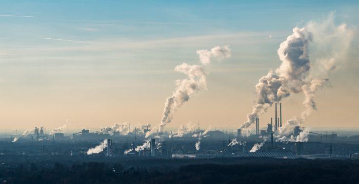 Emisión de vapor y gases de una planta química en Alemania. (Foto de Lukas Schulze / Getty Images)