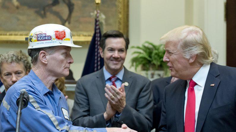 Donald Trump firma Orden Ejecutiva para eliminar regulaciones en la minería. (Pool/Getty Images)