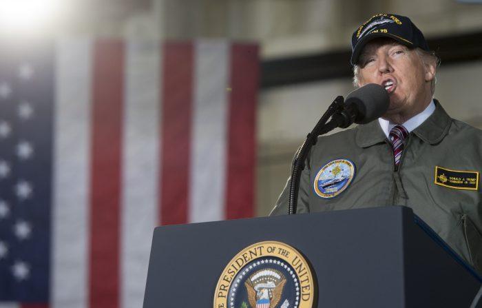 Donald Trump habla a bordo del vehículo pre-comisionado USS Gerald R. Ford en Newport News, Virginia, 2 de marzo de 2017. (Foto: SAUL LOEB / AFP / Getty Images)