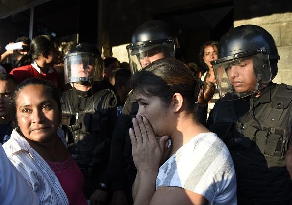 Familiares de los menores esperan angustiados en la puerta del albergue Virgen de la Asunción, en San José Pinula, Guatemala. (Foto: JOHAN ORDONEZ/AFP/Getty Images)