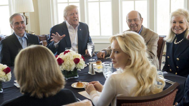 Presidente Donald Trump con miembros de su Gabinete.  Por: SAUL LOEB/Getty Images)