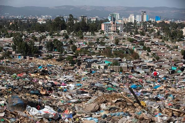 Centenares de personas recogen basura en este vertedero diariamente y de manera precaria como medio de vida, incluso tienen casas improvisadas dentro del mismo. (Foto: ZACHARIAS ABUBEKER/AFP/Getty Images)