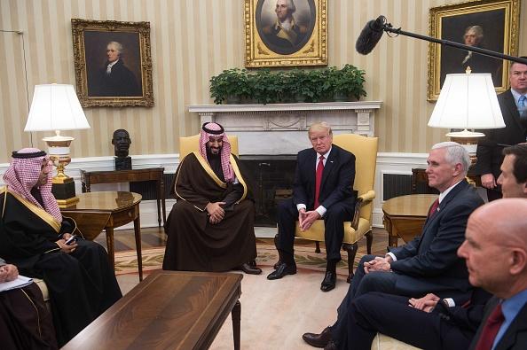 El presidente Trump posa para la prensa con el príncipe Mohammed bin Salman bin Abdulaziz Al Saud, Ministro de Defensa del Arabia Saudita y segundo en la línea de sucesión al trono. (Foto: NICHOLAS KAMM/AFP/Getty Images)