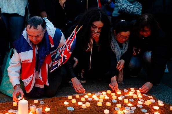 Cientos de ciudadanos participan en una vigilia en la Plaza Trafalgar en Londres. (Foto: ADRIAN DENNIS/AFP/Getty Images)