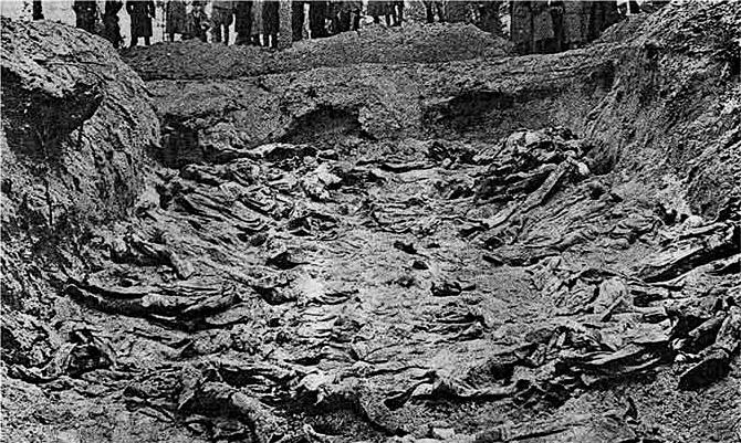 Una tumba común encontrada en Katyn, Polonia, en 1943. (Public Domain)