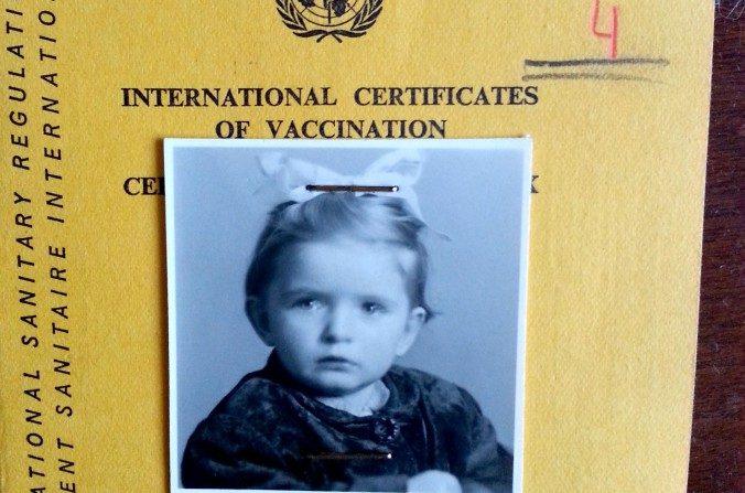 Mary Grabar a la edad de 2 años, en la libreta de vacunación cuando entró a los Estados Unidos. (Cortesía de Mary Grabar)