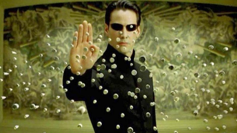 Varias películas han abordado este tema y una de las más célebres es Matrix, que se estrenó a finales de los años noventa.