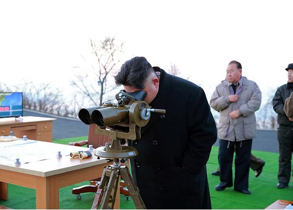El líder norcoreano Kim Jong-un supervisando una maniobra.        Foto: STR/AFP/Getty Images