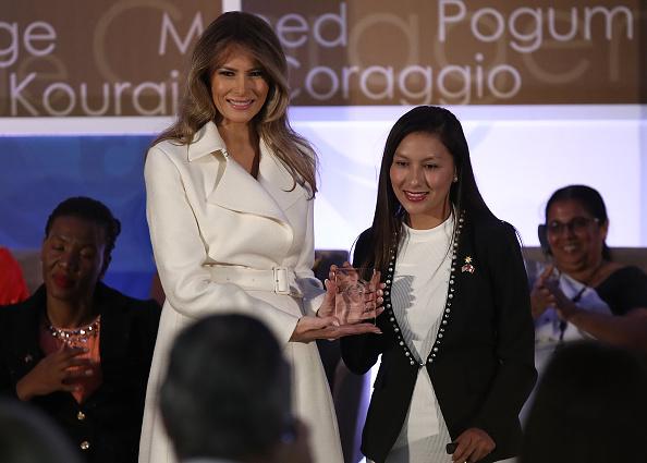 La primera dama Melania Trump entregando un premio Women of Courage.  (Photo by Win McNamee/Getty Images)