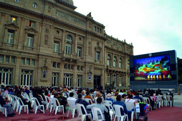 La energía y colorido de Shen Yun traspasó la pantalla de la Plaza Vaticano en Buenos Aires