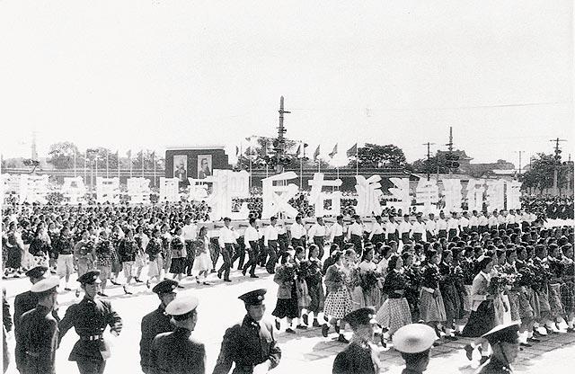 Uno de los muchos desfiles chinos de los años 50 que demostraban el apoyo para el movimiento político comunista. (Dominio público)