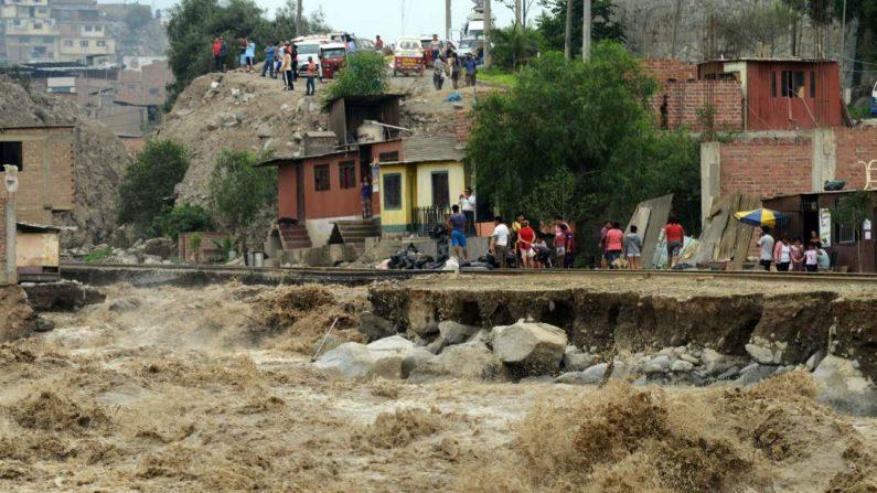 Una vía de tren afectada por la crecida del río Rimac, al este de Lima, 18 de marzo de 2017. (CRIS BOURONCLE/Getty Images)