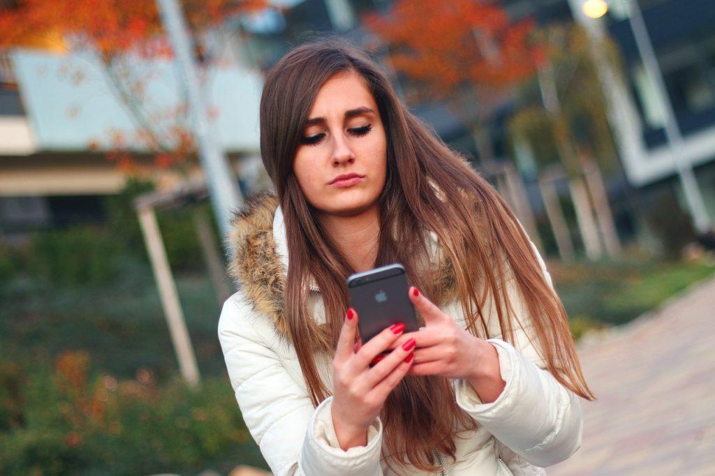 Científicos advierten que usar un celular con regularidad podría tener efectos negativos para la salud. (Jan Vašek/Pixabay)