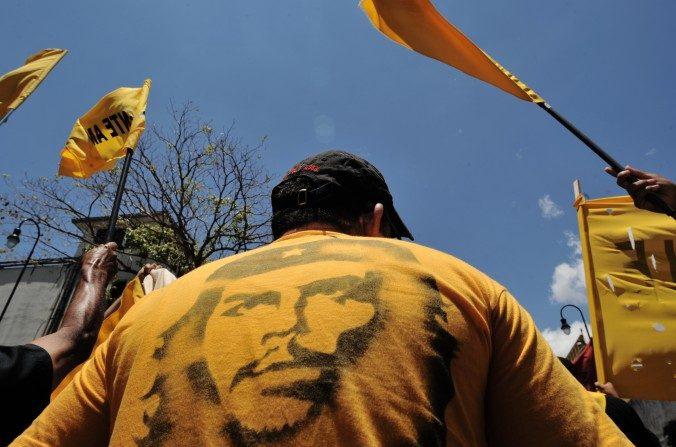 """Un hombre lleva una camiseta con el retrato de Ernesto """"Che"""" Guevara en San José el 1 de mayo de 2011. (RODRIGO ARANGUA / AFP / Imágenes Getty)"""