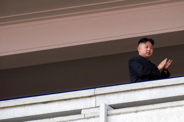 El líder norcoreano Kim Jong-Un aplaude durante un desfile militar en honor al 100 cumpleaños de su abuelo Kim Il-Sung en Pyongyang, 15 de abril de 2012.  (Ed Jones/AFP/Getty Images)