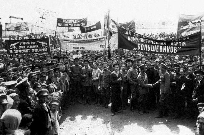 Una manifestación en 1918 de soldados y de trabajadores pro-bolcheviques en Verkhneuralsk, Rusia central. (Dominio público)