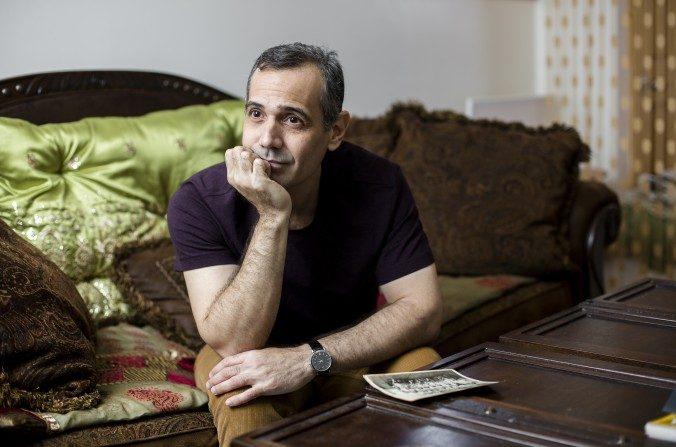 Jesús de León en su casa en Brooklyn, N.Y., el 16 de marzo. De León desertó de Cuba en 2004 y se trasladó a Estados Unidos en 2012 después de ganarse el permiso de residencia permanente en la lotería. Ahora trabaja en 7-Eleven una tienda local. (Samira Bouaou / La Gran Época)