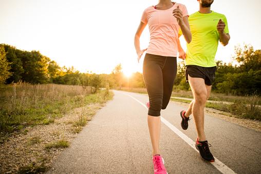 Los investigadores concluyen que no todos los beneficios del entrenamiento de intervalos se deben a la carga del trabajo sino también a la intermitencia del ejercicio. (Foto: Martin Novak / Getty Images)
