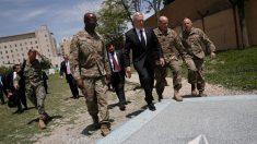 Jefe del Pentágono, Jim Mattis, llega a Afganistán en plena crisis militar