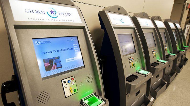 Terminales de Global Entry en el Aeropuerto Internacional de Dulles (IAD), el 21 de diciembre de 2011 en Sterling, Virginia, cerca de Washington, DC. (PAUL J. RICHARDS / AFP / Getty Images)