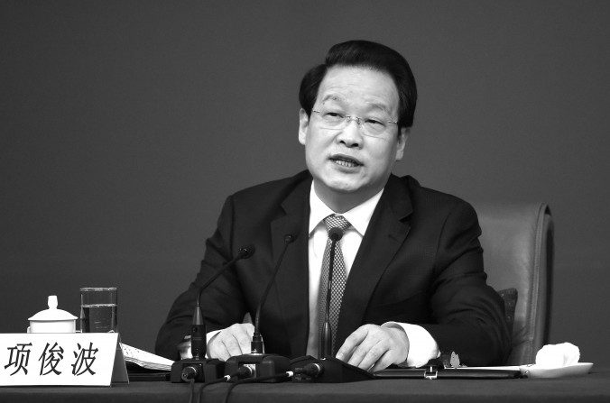 Xiang Junbo, presidente de la Comisión Reguladora de Seguros de China (CRSC), en el Congreso Nacional del Pueblo en Beijing el 12 de Marzo del 2016. (WANG ZHAO / AFP / Getty Images)