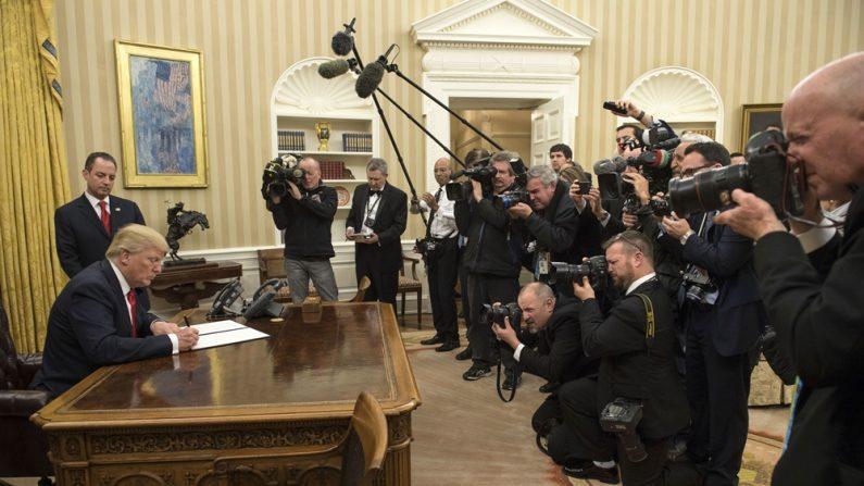 El presidente Donald Trump firma su primera orden ejecutiva como presidente, ordenando a las agencias federales que alivien la carga de la Ley de Salud (Obamacare) del Presidente Barack Obama, el 20 de enero de 2017, en Washington, DC. (Foto de Kevin Dietsch - Pool / Getty Images)