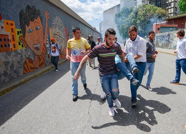 Los manifestantes opositores de dirigían a la Defensoría del Pueblo cuando fueron reprimidos. (Foto: JUAN BARRETO/AFP/Getty Images)