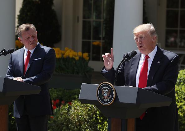 El presidente Donald Trump y el rey Abdalá de Jordania se dan la mano tras la conferencia de prensa conjunta que brindaron en el Jardín de las Rosas de la Casa Blanca. (Foto: Mark Wilson/Getty Images)