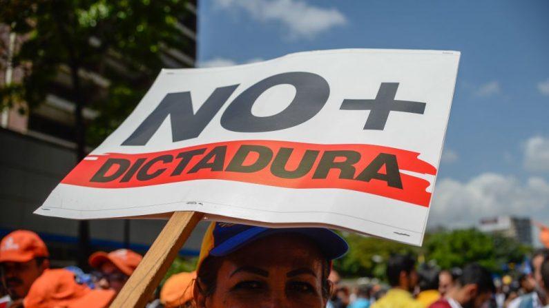 Activistas venezolanos de la oposición participaron en una protesta contra el gobierno del presidente Nicolas Maduro el 6 de abril de 2017, en Altamira, municipio Chacao, en el este de Caracas. (FEDERICO PARRA / AFP / Getty Images)