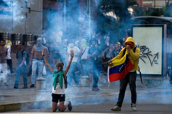 La Guardia Nacional Bolivariana lanzó bombas de gas lacrimógeno contra manifestantes durante una manifestación en Caracas, Venezuela, el sábado 8 de abril de 2017. (Foto: FEDERICO PARRA/AFP/Getty Images)