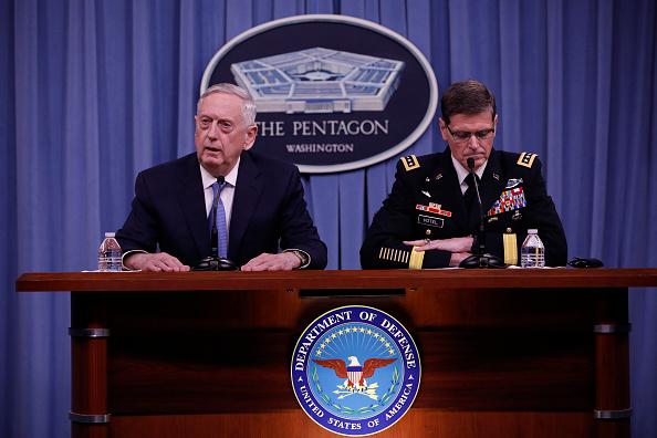 El secretario de Defensa Jim Mattis y el general Joseph Votel durante la conferencia de prensa que ofrecieron en el Pentágono el martes 11 de abril de 2017. (Foto: Aaron P. Bernstein/Getty Images)