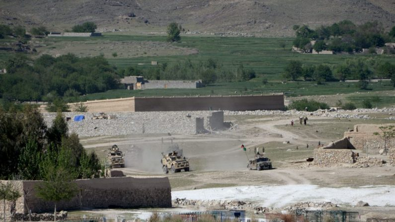 """Vehículos blindados estadounidenses participan en una operación contra un bastión de ISIS en el distrito Achin de Nangarhar, al este de Afganistán, el 14 de abril de 2017. La bomba GBU-43 / B llamada """"Madre de todas las bombas"""", fue lanzada en combate por primera vez, golpeando las posiciones de ISIS en la provincia oriental de Nangarhar este jueves. (Foto NOORULLAH SHIRZADA / AFP / Getty Images)"""