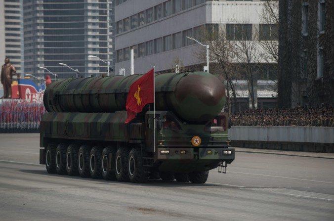 Un cohete no identificado del Ejército Popular de Corea (KPA) se exhibe durante un desfile militar en Pyongyang el 15 de abril de 2017, marcando el aniversario 105 del nacimiento del difunto líder de Corea del Norte Kim Il-Sung. (ED JONES / AFP / Imágenes Getty)