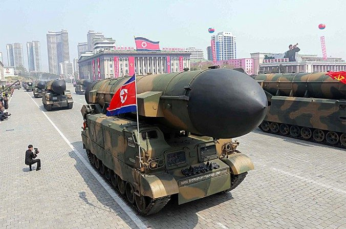 Un desfile con un lanzador de misiles balísticos de Corea del Norte, en esta foto de archivo.  (STR/AFP/Getty Images)