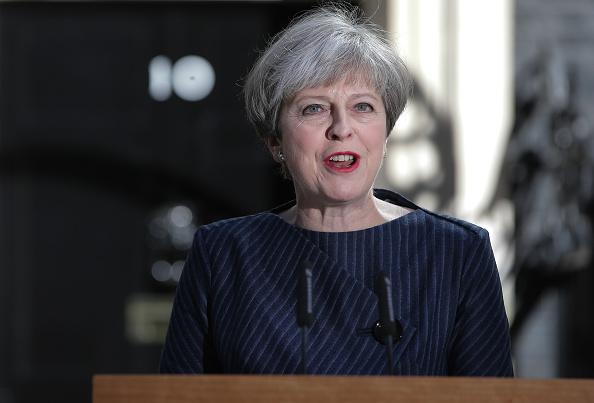 La primera ministra británica, Theresa May, habla a la prensa frente a 10 Downing Street, en el centro de Londres, Reino Unido, el martes, 18 de abril de 2017. (Photo credit should read DANIEL LEAL-OLIVAS/AFP/Getty Images)
