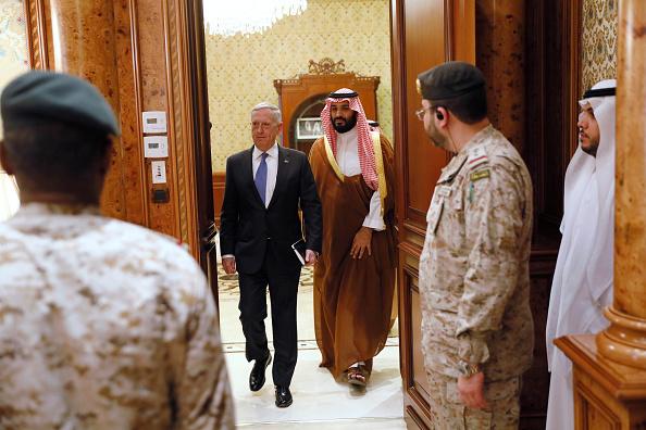 El viceprimer príncipe saudita, Mohammed bin Salman (segundo desde la derecha) escolta al secretario de Defensa de EE.UU., Jim Mattis, a la reunión con sus delegaciones en Riyadh, Arabia Saudita, el miércoles, 19 de abril de 2017. (Foto: Jonathan Ernst - Pool/Getty Images)