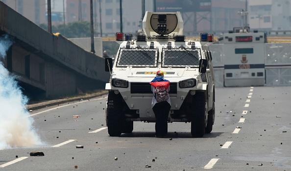 Tanqueta de la Guardia Nacional Bolivariana,  durante una represión de las protestas en Caracas, Venezuela.  (JUAN BARRETO/AFP/Getty Images)