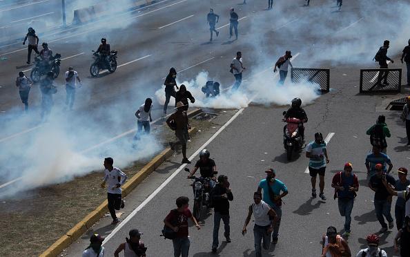 Soldados de la Guardia Nacional Bolivariana de Venezuela lanzan gas lacrimógeno a manifestantes de oposición en Caracas. Abril de 2017. (Foto:  CARLOS BECERRA/AFP/Getty Images)