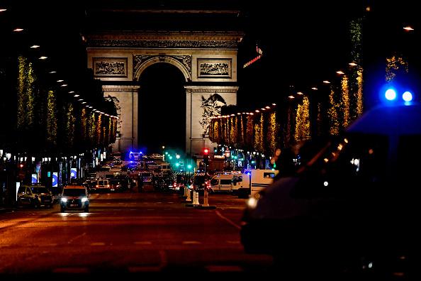 La policía de París vigila la Avenida de los Campos Elíseos después de que un policía fuera asesinado y otros dos heridos en un tiroteo en la turística zona. Abril 20, 2017.  (Foto: Jeff J Mitchell/Getty Images)